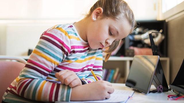 Kind am Lernen