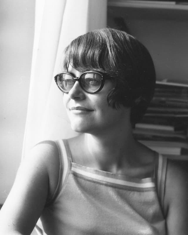 Schwarzweissfoto der Publizistin Klara Obermüller in jungen Jahren.