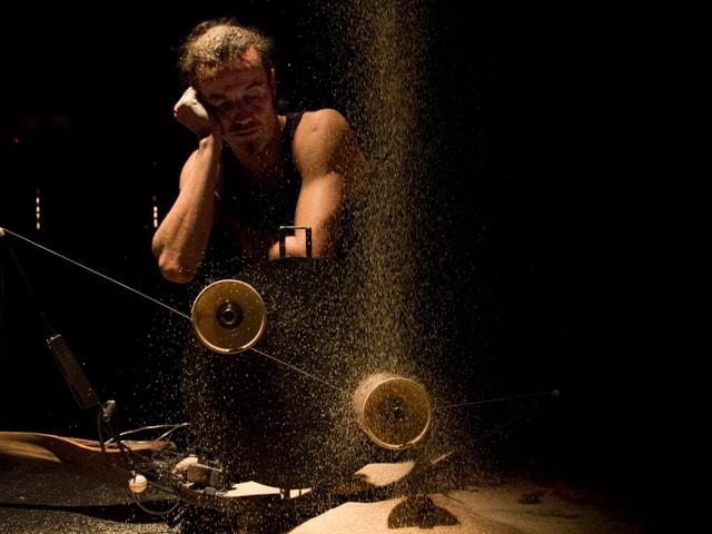 Artist vor Jongliermaschine: Stützt Kopf auf.