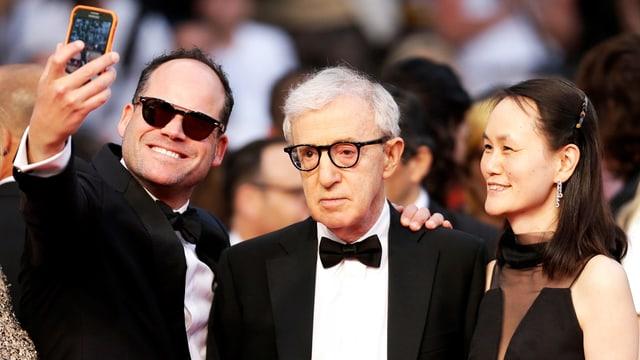 Mann schiesst Selfie von sich mit Woody Allen und dessen Frau