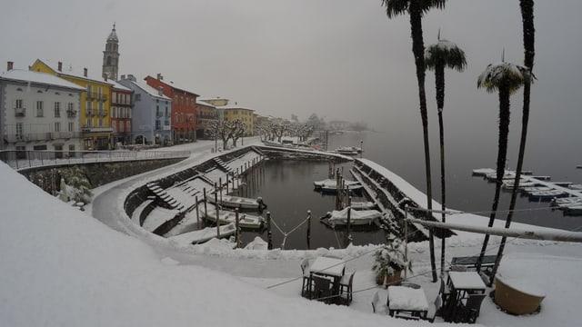 Verschneite Uferpromenade in Ascona.