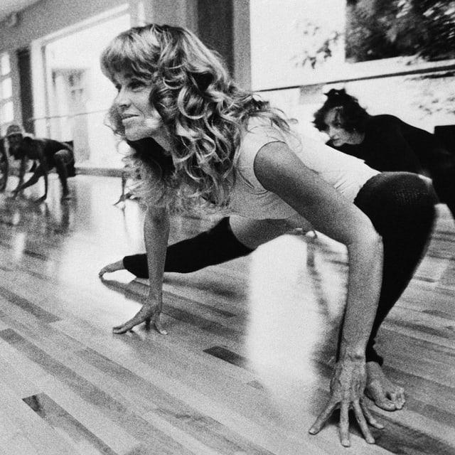 Das Bild zeigt Jane Fonda beim strechen.