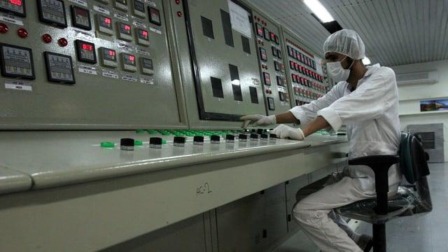 Ein Mann arbeitet in einer iranischen Atomanlage.
