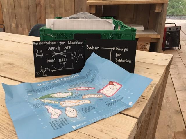 Eine Landkarte liegt auf einem Holztisch.