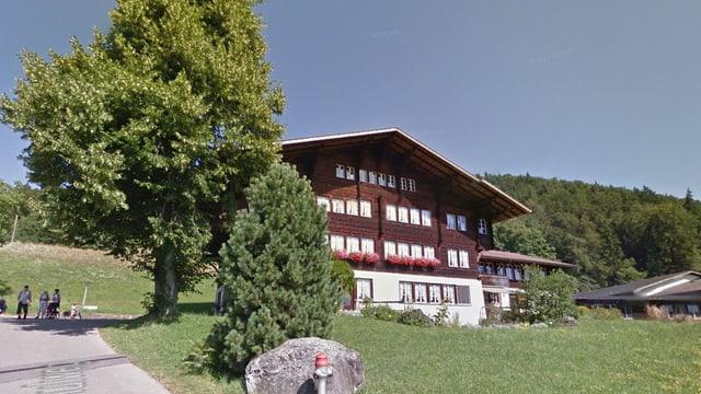 Typisches Oberländer Holzhaus mit Steinfundament.