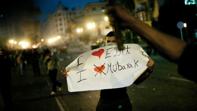 "Mann mit einem Plakat: ""I love Egypt, I don't love Mubarak"""