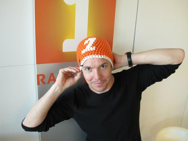 Sven Epiney mit Radio SRF 1-Kappe.