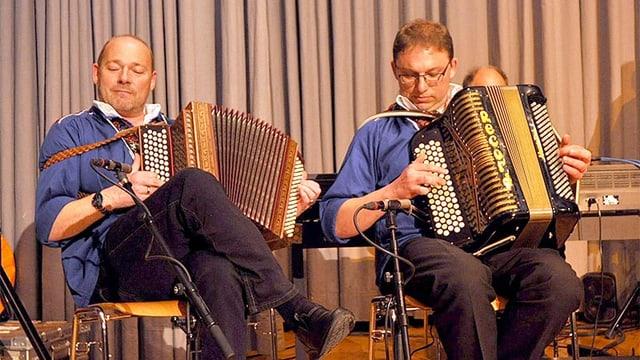 Zwei Akkordeonisten während eines Auftritts.