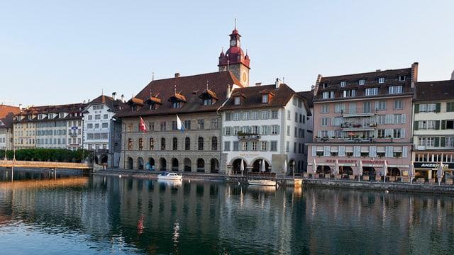 Am-Rhyn-Haus direkt neben dem Rathaus in der Stadt Luzern mit der Reuss im Vordergrund.