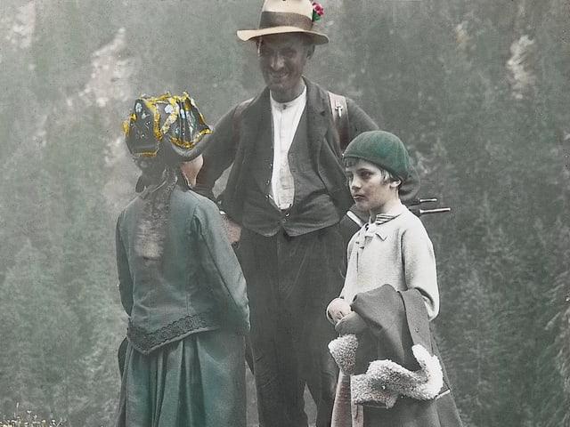 Städter treffen Bergler - eine kolorierte Foto von 1930