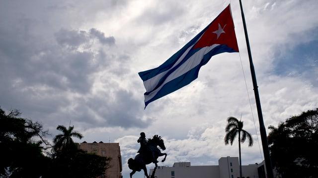 Eine kubanische Flagge weht im Wind