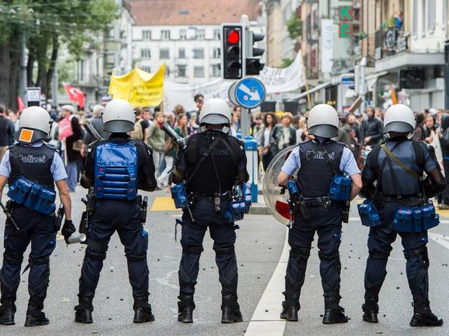 Polizisten vor Demonstranten
