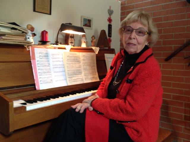 Felicitas Trottmann sitzt in ihrer Wohnung am Klavier.