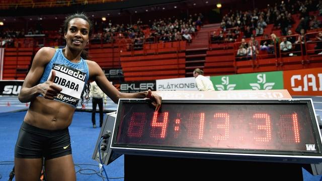 Genzebe Dibaba zeigt auf die Tafel mit der neuen Weltrekordzeit.
