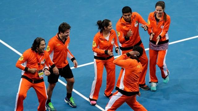 Gaël Monfils und seine Teamkollegen feiern.
