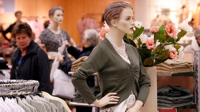 Szene in einem Modegeschäft.