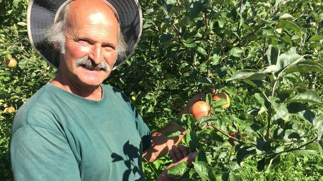 Mann vor Apfelbaum