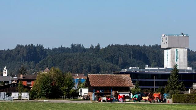Das Haus trohnt nun über dem Dorf Wikon im Kanton Luzern in einer Höhe von 28 Metern.