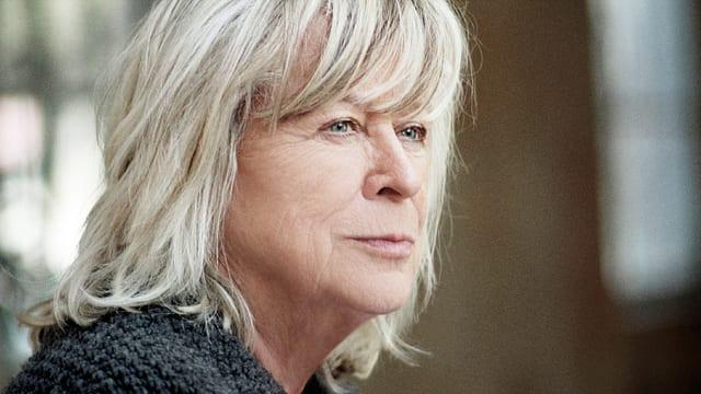 Portrait der Filmemacherin Margarethe von Trotta, die freundlich an der Kamera vorbeischaut.