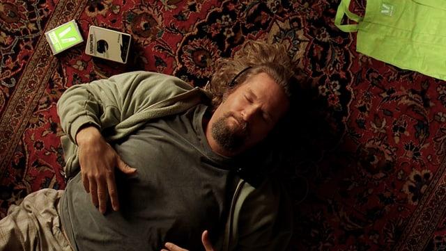 Jeff Bridges liegt auf einem Teppich
