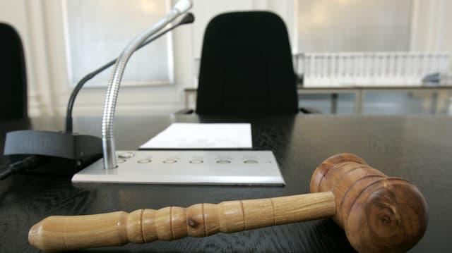 Gerichtspult mit einem Hammer und Mikrofon