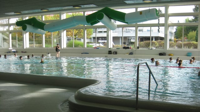 Wasser Gymnastik im 25 Meter langen Becken im Hallenbad Rosenau.