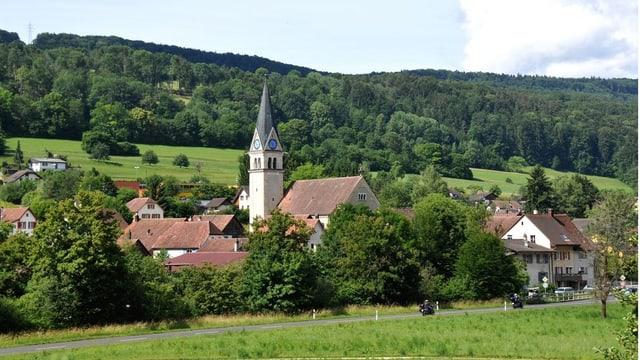 Das Dorf Kleinlützel im Sommer, Kirche in der Mitte