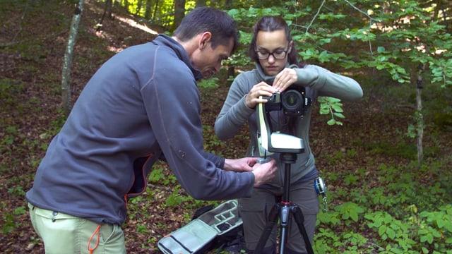 Christian Rosset und Viola Sala hantieren an Kamera.