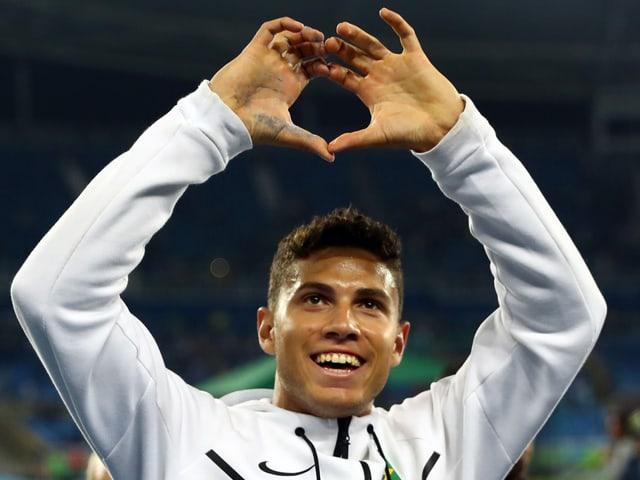 Thiago Braz da Silva zeigt mit den Händen ein Herz über dem Kopf