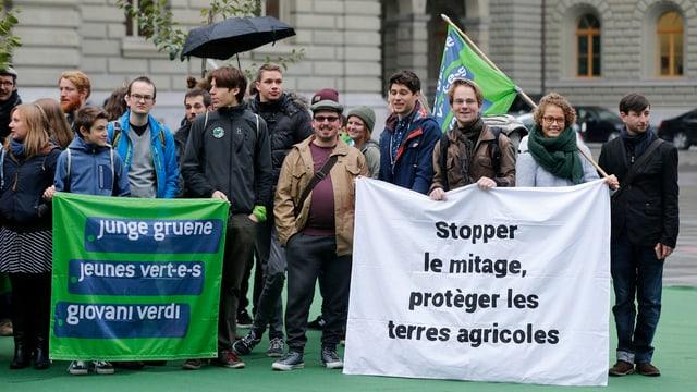 Initianten und Unterstützer mit einem Plakat für die Zersiedelungsinitiative