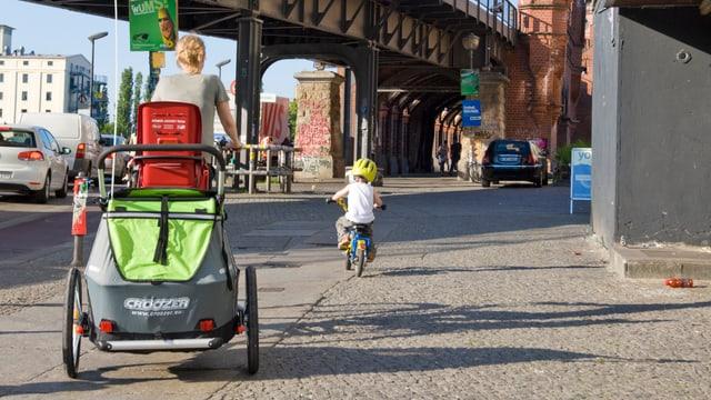 Frau und Kind mit Fahrrad