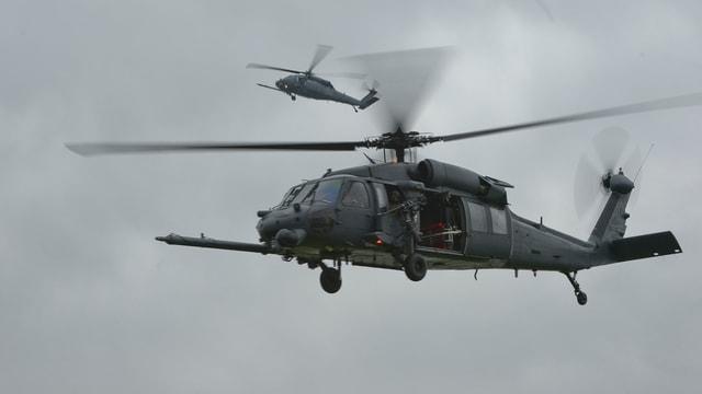Ein Bild des Helityps HH-60G Pave Hawk in der Luft, der in England abgestürzt ist.