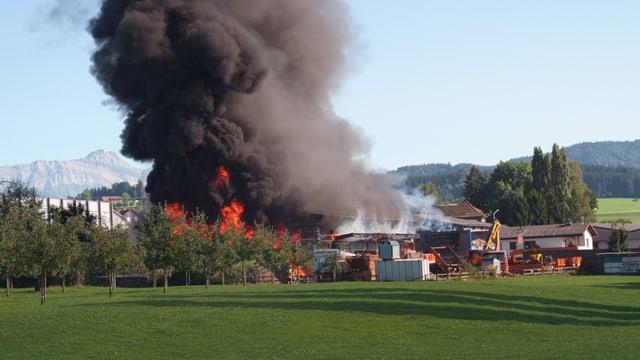 Brennende Halle von Solenthaler Recycling AG mit dunkler Rauchsäule.