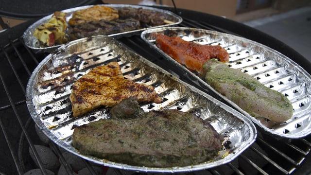 Verschiedene Fleischstücke in Aluschalen