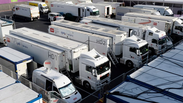 20 Lastwagen stehen im Letzigrund als Reporterwagen bereit.