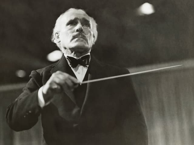 Arturo Toscanini mit Taktstock.