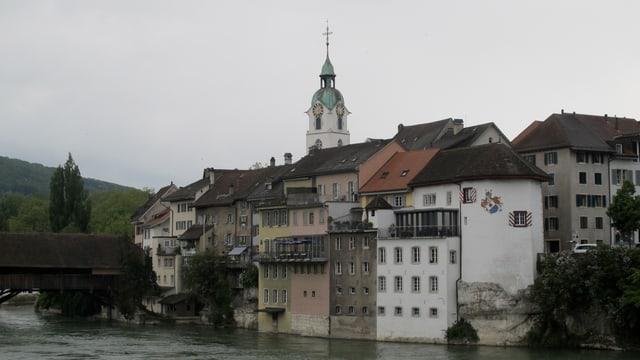 Altstadt mit Kirche und Holzbrücke, Fluss davor.