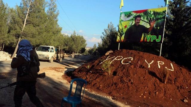 Kontrollpunkt der YPG nahe der syrisch-kurdischen Stadt Afrin: Die Flagge zeigt ein Portrait von PKK-Führer Öcalan.