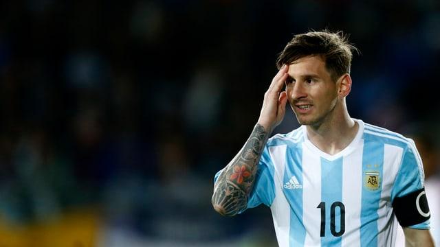 Lionel Messi greift sich während einer Partie von Argentinien an den Kopf.