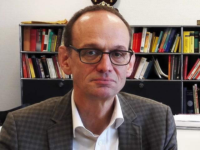Porträt von Hans Hirschi, Rektor der Kantonsschule Alpenquai in Luzern.