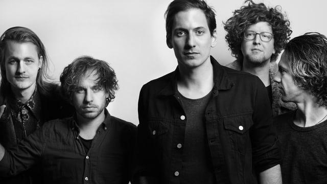 Bandfoto, in Schwarzweisse; Fünf Männer posieren vor weissem Hintergund.
