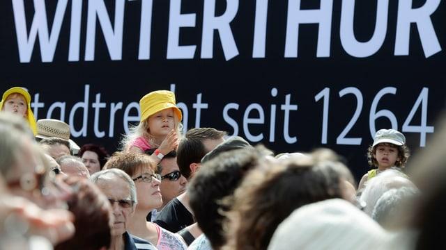 """Menschenmege vor dem Schriftzug """"Winterthur - Stadtrecht seit 1264"""""""