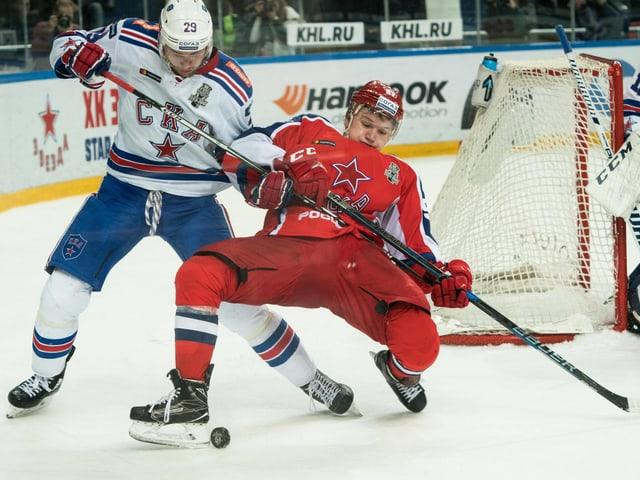 ZSKA-Flügelstürmer Kirill Kaprisow und St. Petersburgs Ilja Kablukow im KHL-Playoff-Final.