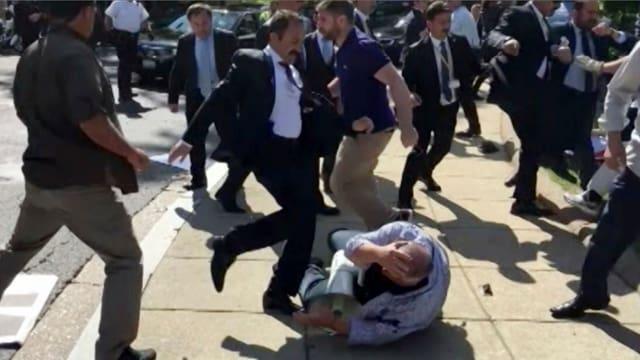 Ein Screenshot von Voice of America, welcher die Angriffe von Erdogans Leibwächtern auf Demonstranten demonstriert.