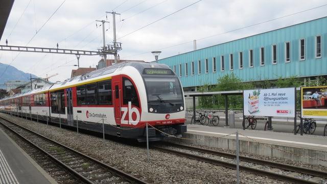 Ein Zug der Zentralbahn beim Bahnhof Sarnen in Obwalden.