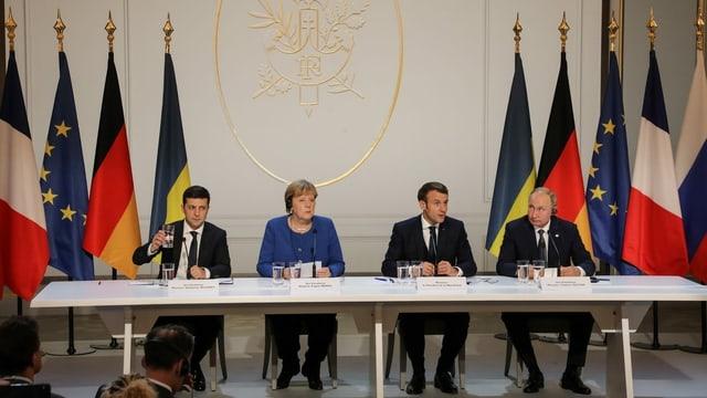 Wolodimir Selenski, Angela Merkel, Emmanuel Macron und Wladimir Putin an der Medienkonferenz