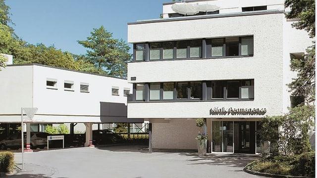 Ansicht des Eingangs der Permanence-Klinik in Bern.