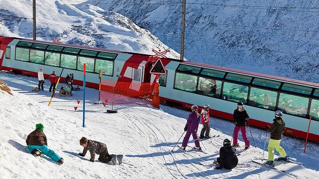 Il Glacier Express va tras il territori da skis, ils skiunz ston spetgar.