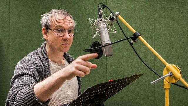 Schauspieler Sebastian Weber bei Sprachaufnahmen.