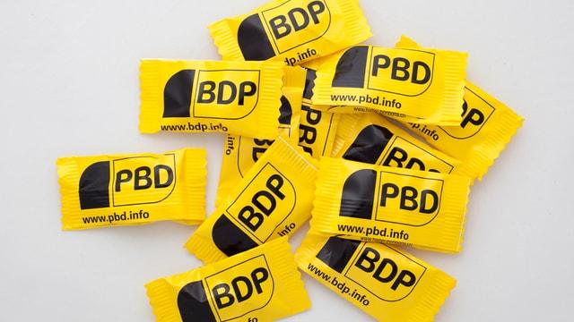 Gelb-schwarz eingepackte Süssigkeiten der Partei BDP als Wahlgadgets.